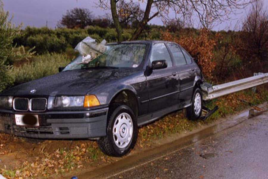 Incidente BMW contro guard rail. Guard-rail penetrato all'interno dell'autovettura.