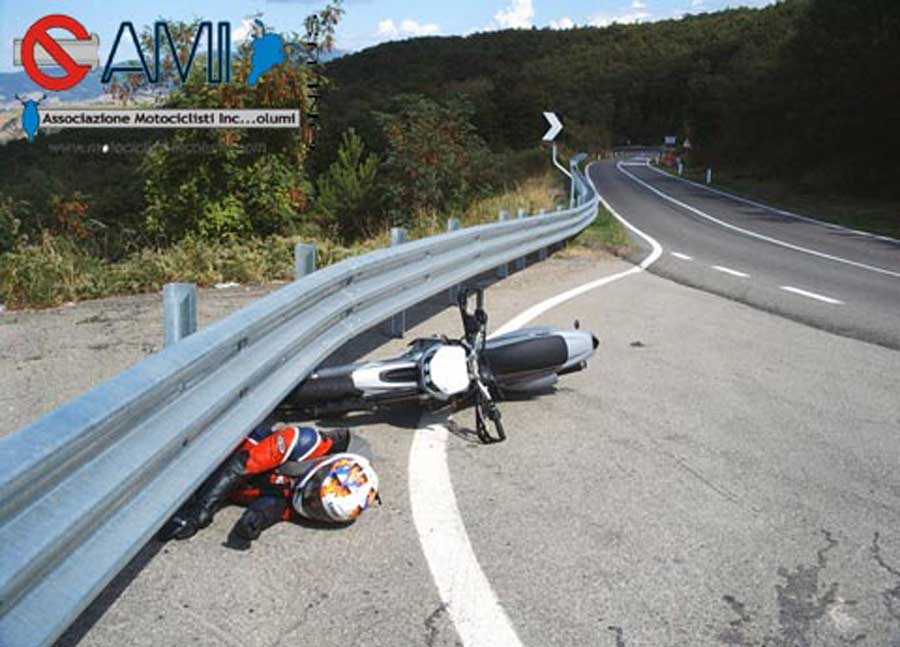 Simulazione di un incidente: moto contro guard-rail